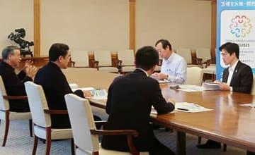 有識者からビジョンについて報告を受ける吉村市長(右)=31日、大阪市役所