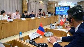 メディアの地域間協力について意見を交わす参加者=31日、ロシア・ウラジオストク市の沿海地方行政府