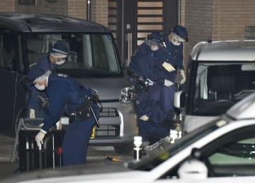 3人が刺された住宅付近を調べる捜査員=1日午前5時30分、大阪府枚方市