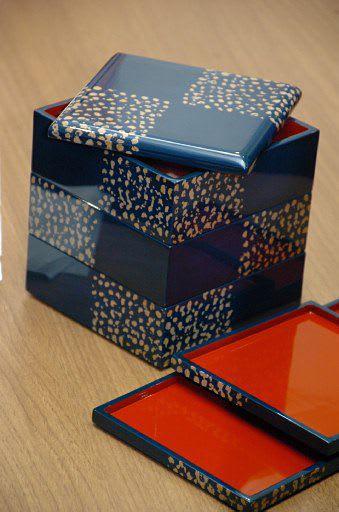 最高賞を受賞した秋元さんの「アワユキ塗」の重箱