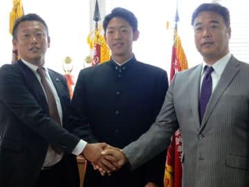 笑顔で握手する(左から)千葉ロッテ・榎スカウト、習志野高・古谷、千葉ロッテ・永野チーフスカウト=習志野市