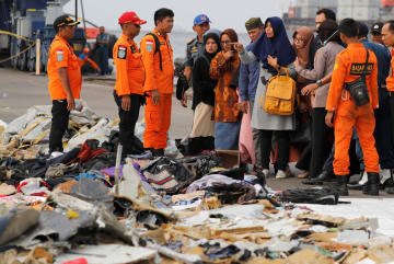 回収された乗客の所持品を見る、乗客の家族ら=10月31日、ジャカルタ(ロイター=共同)