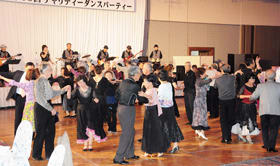 生バンド演奏に合わせて社交ダンスを楽しむ参加者たち