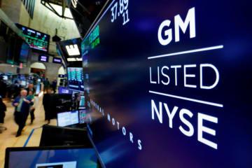 米ニューヨーク証券取引所のディスプレー画面に映し出されたゼネラル・モーターズのロゴ=10月31日(AP=共同)