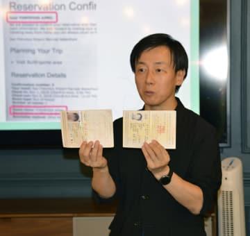 本名と旧姓がそれぞれ書かれた新旧のパスポートを示す「サイボウズ」の青野慶久社長=10月31日、米ニューヨーク(共同)