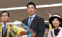 高知龍馬空港に到着し、花束を受け取る矢野監督。左は横山安芸市長、安芸観光キャンペーンレディー・小松千恵さん(撮影・北村雅宏)