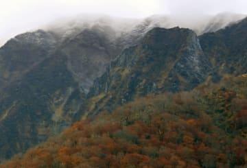 今季の初冠雪が確認された大山の北壁=1日午前、鳥取県大山町(大山観光局提供)