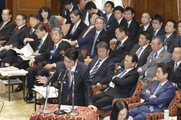 衆院予算委で答弁する山下法相。手前右は安倍首相=1日午後