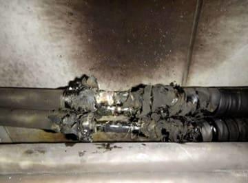柏崎刈羽原発のトンネル内で焼けたケーブル=1日午前、新潟県柏崎市(東京電力提供)