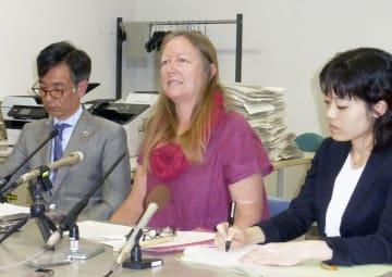 記者会見するブレーク・ヘイズさん(中央)ら=1日午後、京都市