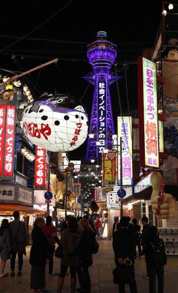 台風21号の被害から約2カ月ぶりにライトアップを再開した大阪・通天閣(奥)=1日夜、大阪市