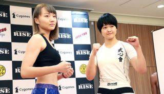 デビュー2戦目にしていきなりJ-GIRLS王者の空手こまち(右)に挑む村上(左)