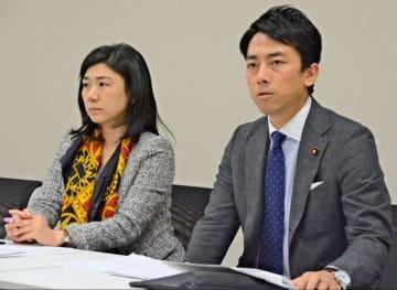 勉強会の終了後に取材に応じる小泉氏(右)と牧島氏=1日午後、国会内