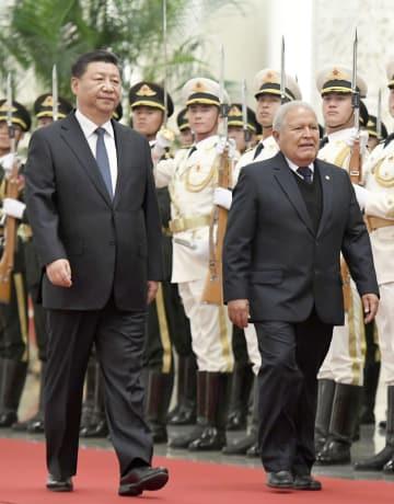 歓迎式典に臨むエルサルバドルのサンチェスセレン大統領(右)と中国の習近平国家主席=1日、北京の人民大会堂(共同)