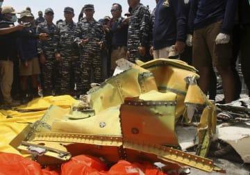 1日、旅客機が墜落したとみられるインドネシア沖の海域から回収された破片(AP=共同)