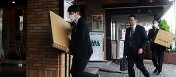 神奈川中央交通本社のある建物に入る捜査関係者=1日午前9時40分ごろ、平塚市八重咲町