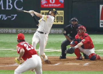 プロ野球日本シリーズ第5戦の10回、サヨナラ本塁打を放つソフトバンク・柳田。投手中崎、捕手会沢=1日、福岡市のヤフオクドーム