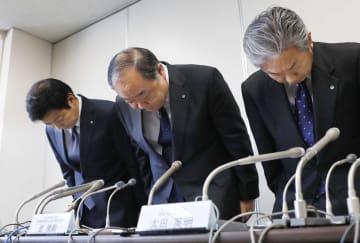 乗務員の飲酒による法令違反について、記者会見で謝罪する日本航空の進俊則運航本部長(中央)ら=1日午後、国交省
