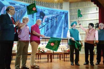 インドのハルディープ・シン・プリ閣外相(右から3人目)らが新区間開業に立ち会った=10月31日、ニューデリー(JICA提供)