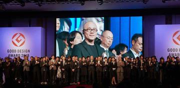 グッドデザイン賞の授賞式に臨むゴゴロの陸学森CEO(モニター中央)=10月31日、東京(睿能創意提供)