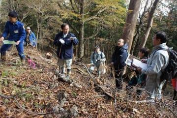 県自然環境保全センター職員らから自然再生の進み具合の説明を受ける黒岩知事(中央左) =丹沢・堂平周辺
