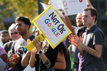 1日、米カリフォルニア州マウンテンビューのグーグル本社で「ノット・オッケー・グーグル」と書いたプラカードを持つ社員(ロイター=共同)