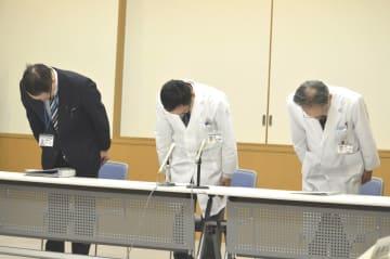 ハードディスクの紛失を謝罪する三宅院長(中)ら=徳島市民病院