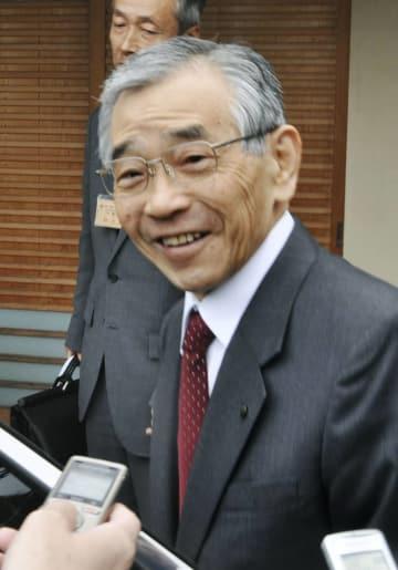 知事公舎で取材に応じ今期限りでの引退を表明した島根県の溝口善兵衛知事=2日午前、松江市