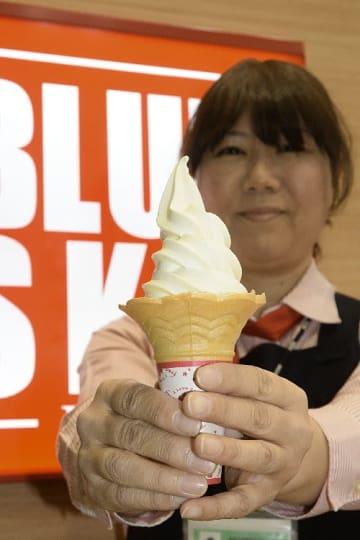 青森空港で販売している「新郷村特濃ソフトクリーム」=10月25日、青森市