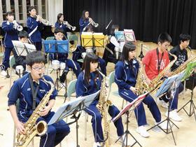 定期演奏会に向けて練習に打ち込む室蘭市翔陽中学校ジャズバンド部の部員たち