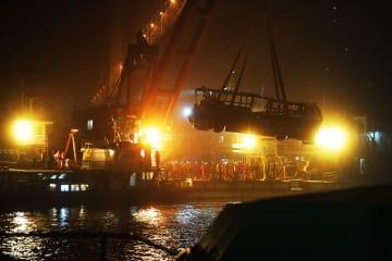 重慶市路線バス転落事故 13人の遺体を収容