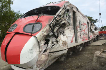 台湾の特急列車脱線事故で損壊した運転室のある先頭車両=10月22日、宜蘭県(共同)