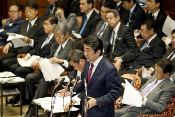 衆院予算委で答弁する安倍首相(手前)=2日午前