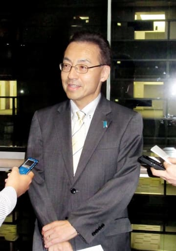 総務省を退職後、「これから福井に帰って頑張ろうと思う」と記者団に語る杉本達治氏=11月1日、同省