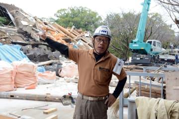 元太鼓櫓の部材回収を進める猿渡信浩さん=10月26日、熊本城