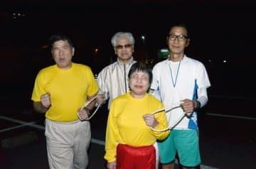 熊本リレーマラソンに初出場する視覚障害者の(左から)岡元晴樹さん、島田中さん、阪本喜代子さん。右端は伴走者を務める大久保光士さん=熊本市中央区