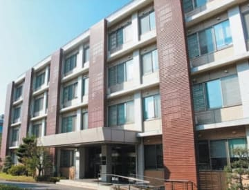 設立100周年に向けて、大分大経済学部は記念事業を計画している=同学部の管理研究棟
