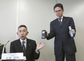 記者会見で、アルコール検査の機器について説明する日本航空幹部=1日午後