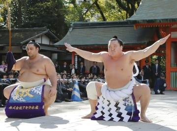 福岡市博多区の住吉神社で土俵入りを奉納する白鵬。左は魁聖=2日