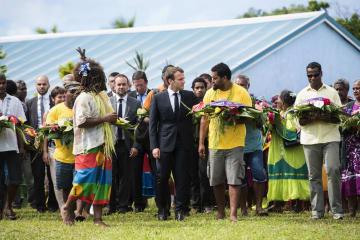 ニューカレドニアを訪れ式典に出席するフランスのマクロン大統領(中央)=5月(AP=共同)