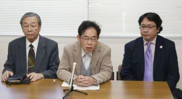 青森県十和田市立記念館を巡る訴訟の差し戻し審で、請求棄却の判決を受け開かれた原告側の記者会見。右は館長の新渡戸常憲さん=2日午後、青森市