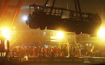 中国重慶市万州区で長江に落ち、引き揚げられる路線バス=1日(新華社=共同)