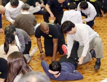海外進出企業の邦人社員がテロや誘拐事件に遭遇した場合を想定して行われた対処訓練=2日午後、東京都港区