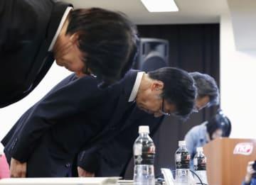 新たな検査不正について記者会見で謝罪する日立化成の丸山寿社長(手前から2人目)ら=2日午後、東京都中央区