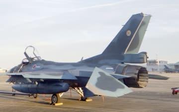 接触し、垂直尾翼の上部が損傷したF2戦闘機=2日午後、航空自衛隊築城基地(航空自衛隊提供)