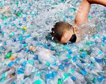 今のペースで海にプラスチックが捨てられると、2050年にはプラスチックの量が魚を超え99%の海鳥種がプラスチックを誤食すると推定されている 写真:The People Speak!