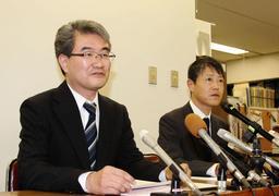 辞任することなどを発表する川崎真二副委員長(左)と若松高志書記長=神戸市役所