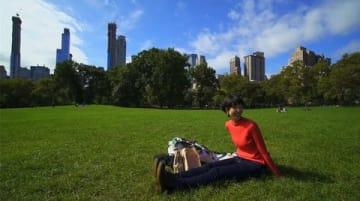 ニューヨーク・セントラルパークで一息つく旅サラダガールズの山代エンナさん(C)ABC