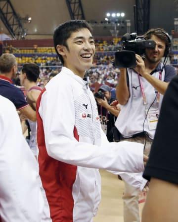 男子種目別の床運動で銀メダル獲得が決まり、笑顔を見せる白井健三=ドーハ(共同)