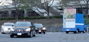 街頭活動に出発する覆面パトカー=2日午後、さいたま市緑区の埼玉スタジアム(画像を一部加工してます)